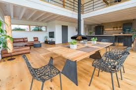modernes wohn und esszimmer mit galerie kamin küche