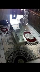 Interessane Gestaltung Eingelassene Badewanne Hölzerne Bretter Glastisch Esszimmertisch Saeulentisch Jpg
