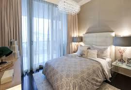 kleines schlafzimmer mit großer fensterfront einrichten