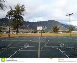 terrain de basket exterieur terrain de basket extérieur vide dans waimanalo photos stock