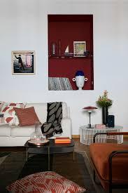 sofa unter einer roten wandnische im bild kaufen