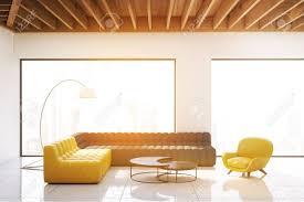 wohnzimmer innenraum mit panoramafenstern weißen wänden und holzdecke ein graues und ein gelbes sofa und ein sessel futuristische couchtisch