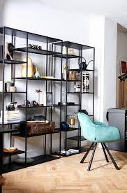 großes minimalistisches regal aus schwarzem metall modernes bücherregal