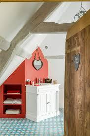 badezimmer mit einbauregal in roter bild kaufen