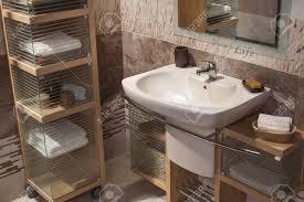 detail eines modernen badezimmer mit waschbecken und schrank für handtücher