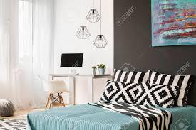 schwarz weiß schlafzimmer mit großem bett fenster und untersuchungsgebiet