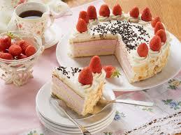erdbeer sahne torte mit mandelblättchen zum kaffee
