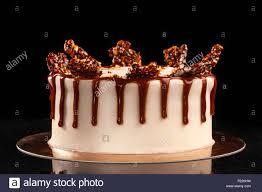 runde weiße kuchen mit karamell und schokolade puffreis auf