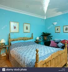 blau weiß paisley bezüge auf pine bett in pastelltönen