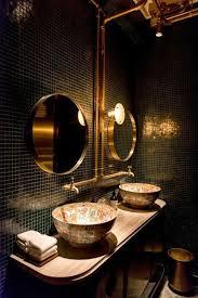 waschtisch aus holz mit ovalen kanten zwei runde spiegel