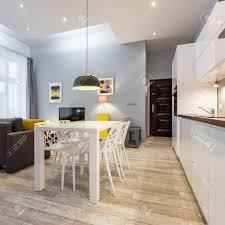 offene küche mit weißem esstisch und vier stühlen