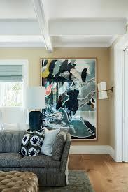 moderne kunst an der wand hinter sofa im bild kaufen