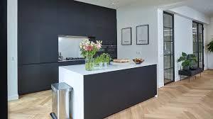 schicke next125 küche mit mattschwarzen fenix fronten und