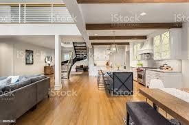 schöne luxuriöse wohngebäude mit offenen grundriss zeigt küche esszimmer wohnzimmer und eingang mit stairscase stockfoto und mehr bilder bauwerk