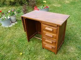 petit bureau de comptable vintage attend sa décoration le