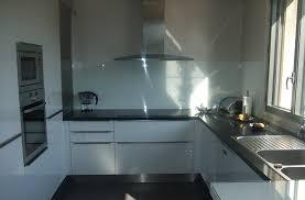 plan de travail cuisine blanc cuisine épuré en laque blanche et un plan de travail en quartz