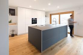 küche mit kücheninsel kochinsel weiße küche graue