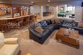 bar canapé un fini soussol un bar un salon une salle de jeux une table de