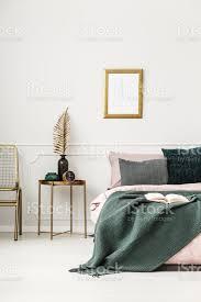 gold und grün schlafzimmer innenraum stockfoto und mehr bilder bett