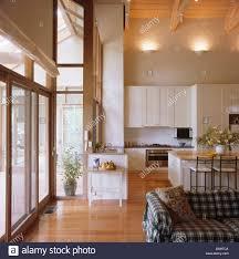 große offene wohnzimmer und küche mit hölzernen bodenbelag