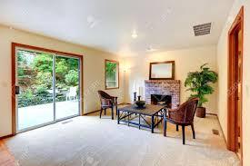 wohnzimmer mit sitzecke am kamin mit korbstühlen und couchtisch zimmer dekoriert mit kerzen und palme