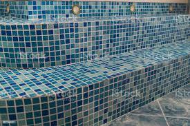 blaue mosaikfliesen auf den stufen im bad stockfoto und mehr bilder abstrakt