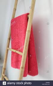 ein bambus badezimmer handtuchhalter stockfotografie alamy