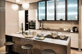 neutrale ausgestattet küche mit insel und bar hocker stockfoto und mehr bilder arbeitsplatte