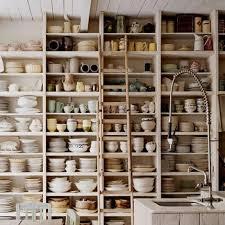 astuce pour ranger sa cuisine ranger sa vaisselle dans une bibliothèque bibliothèque blanche