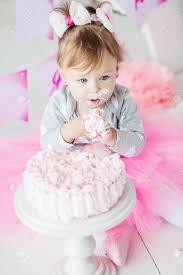 baby 1 jähriges das ersten geburtstag im raum feiert kuchen essen geburtstag dekoration kindheit