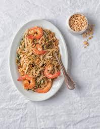 cuisine thailandaise recette pad thaï aux crevettes pour 4 personnes recettes à table