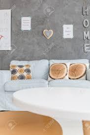 zwei kleine tische und großes sofa im modernen wohnzimmer