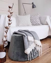 lieblingsplatz sofa wohnzimmer weiß pouf