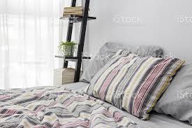 regal dekorieren eine helle moderne schlafzimmer stockfoto und mehr bilder baumwolle