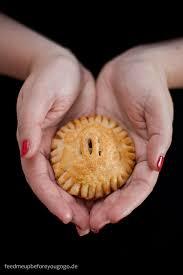 handwärmer aus dem ofen pies mit birnen amaretto zimt