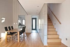 helles wohnzimmer mit essbereich luftraum und treppe