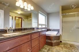 badezimmer interieur mit waschbeckenunterschrank zwei waschbecken granit zähler nach oben und weiße badewanne
