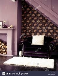 lila samt sofa und weißem fellimitat decke in ein lila