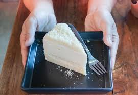 person die ein stück kuchen hält 1835694 stock foto