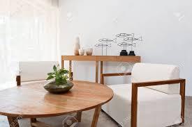 hellbraun weiße möbel in einem wohnzimmer