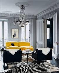 déco canapé noir canape cuir jaune dans salon peinture grise et fauteuil noir