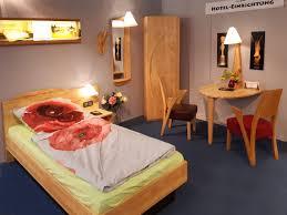 schlafzimmer in erle mit bett schrank tisch len spiegel