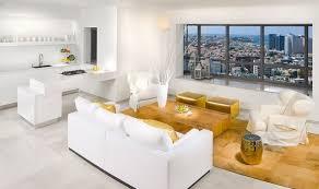 farbgestaltung im wohnzimmer mit goldenen highlights
