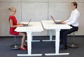 aux bureaux employés de bureau dans la position d assise correcte aux bureaux