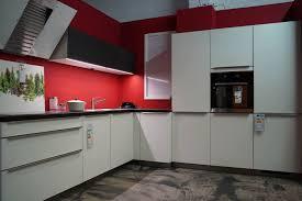 bauformat rom designküche l form mit weißen küchenfronten und schwarzer arbeitsplatte