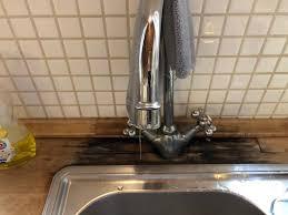 wasserhahn in der küche undicht dadurch schimmelt das holz