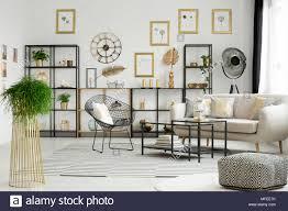 anlage und gemusterten puff in geräumigen gold wohnzimmer