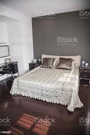 helle moderne schlafzimmer mit beige tagesdecke stockfoto und mehr bilder bett
