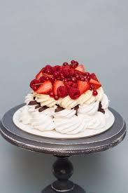 pavlova kuchen mit schlagsahne geschmolzener schokolade und