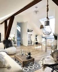 der holzbalken macht das wohnzimmer ganzgewohnlich so